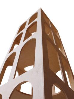 Vista inferiore del tiragraffi in legno Gattacielo
